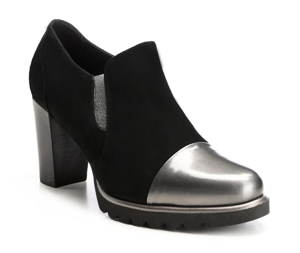 Обувь женскаяЖенские ботинки выполнены по технологии \hand made\ из лучшей итальянской кожи наивысшего качества. Подошва полностью сделана из качественного синтетического материала. Идеальный выбор для женщин, которые ценят современный дизайн.<br><br>секс: женщина<br>Цвет: черный<br>Размер EU: 35<br>материал:: Натуральная кожа<br>примерная высота каблука (см):: 8