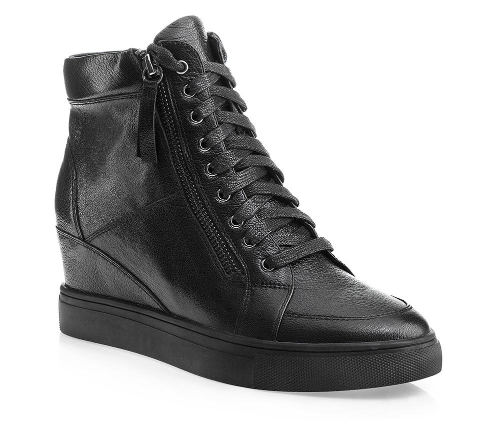 Обувь женскаяЖенские ботинки на танкетке выполнены по технологии \hand made\ из лучшей итальянской кожи. Подошва полностью сделана из качественного синтетического материала.<br><br>секс: женщина<br>Цвет: черный<br>Размер EU: 35<br>материал:: Натуральная кожа<br>примерная высота каблука (см):: 6,5