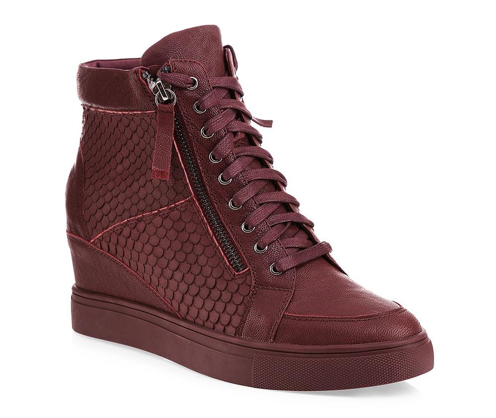 Обувь женскаяЖенские ботинки на танкетке выполнены по технологии \hand made\ из лучшей итальянской кожи. Подошва полностью сделана из качественного синтетического материала.<br><br>секс: женщина<br>Цвет: красный<br>Размер EU: 40<br>материал:: Натуральная кожа<br>примерная высота каблука (см):: 6,5