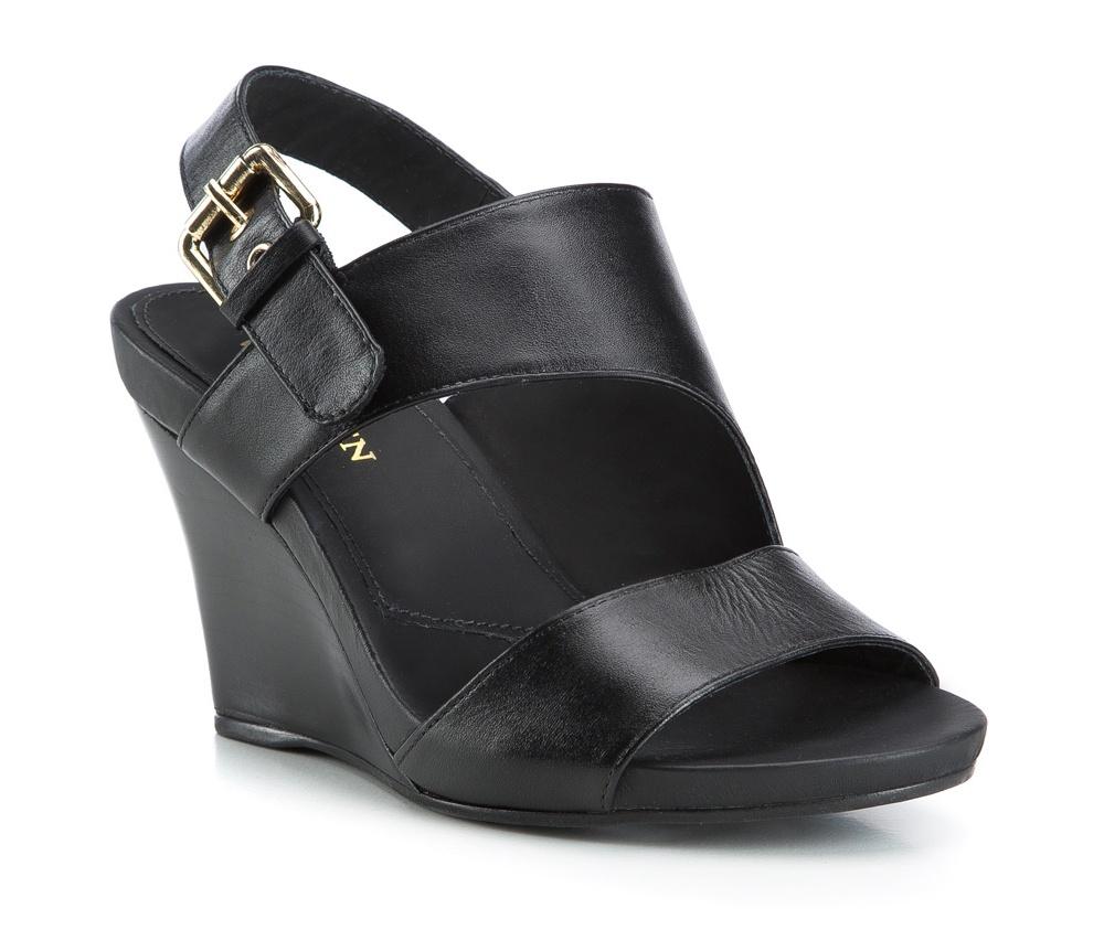 Обувь женскаяЖенские босоножки, выполнены по технологии Hand Made из натуральной итальянской кожи наивысшего качества. Подошва сделана из качественного синтетического материала. Модель сочетает элегантный стиль и современные тенденции. Идеальный выбор для модниц.<br><br>секс: женщина<br>Цвет: черный<br>Размер EU: 35<br>материал:: Натуральная кожа<br>примерная высота каблука (см):: 9