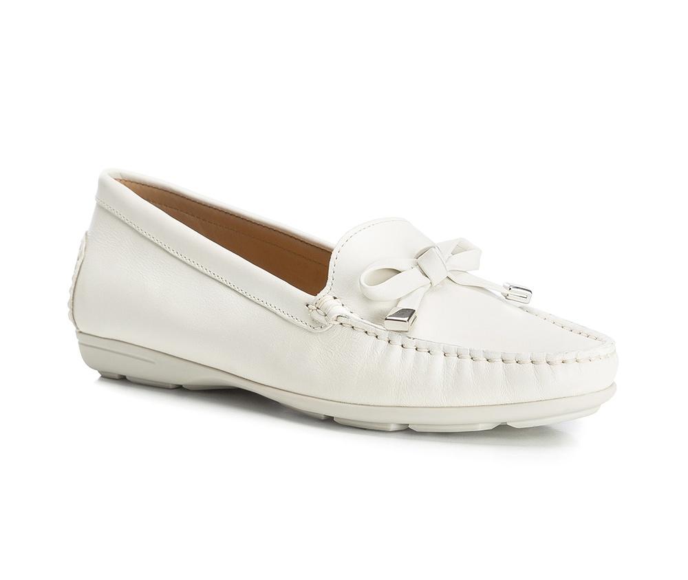 Обувь женскаяОбувь женская типа Мокасины. Изготовленные по технологии Hand Made и выполнены полностью из натуральной итальянской кожи наивысшего качества. Подошва  сделана из качественного синтетического материала. Стильный вид этой обуви придется по вкусу каждой моднице.<br><br>секс: женщина<br>Цвет: бежевый<br>Размер EU: 35<br>материал:: Натуральная кожа