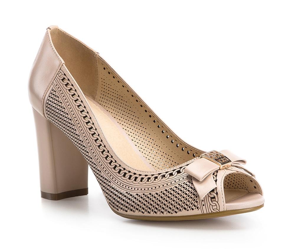 Обувь женскаяТуфли женские класические.Изготовленные по технологии Hand Made и выполнены полностью из натуральной итальянской кожи наивысшего качества. Подошва сделана из качественного синтетического материала. Эта модель обязательно должна быть в гардеробе женщины которая любит элегантность и классику.<br><br>секс: женщина<br>Цвет: бежевый<br>Размер EU: 40<br>материал:: Натуральная кожа<br>примерная высота каблука (см):: 8,5