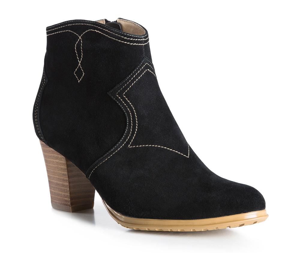 Обувь женскаяСапоги-ботильоны женские, изготовленные по технологии Hand Made и выполнены полностью из натуральной итальянской кожи наивысшего качества. Подошва сделана из качественного синтетического материала. Модный цвет и отделка из натуральной кожи, добавят элегантности каждой девушке.<br><br>секс: женщина<br>Цвет: черный<br>Размер EU: 41<br>материал:: Натуральная кожа<br>примерная высота каблука (см):: 7,5