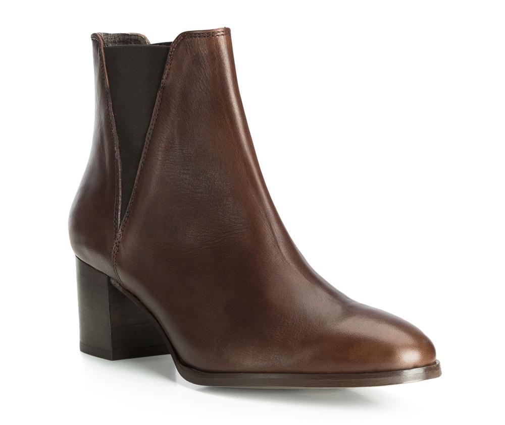 Обувь женскаяЖенские ботинки выполненные по технологии hand made из лучшей итальянской кожи. Подошва сделана  из синтетического материала. Элегантная модель подойдет как для повседневного ношения , так и для особых случаев.           кожа натуральная          кожа натуральная          материал синтетический<br><br>секс: женщина<br>Цвет: коричневый<br>Размер EU: 41<br>материал:: Натуральная кожа<br>примерная высота каблука (см):: 6<br>примерная высота голенища (см): 19