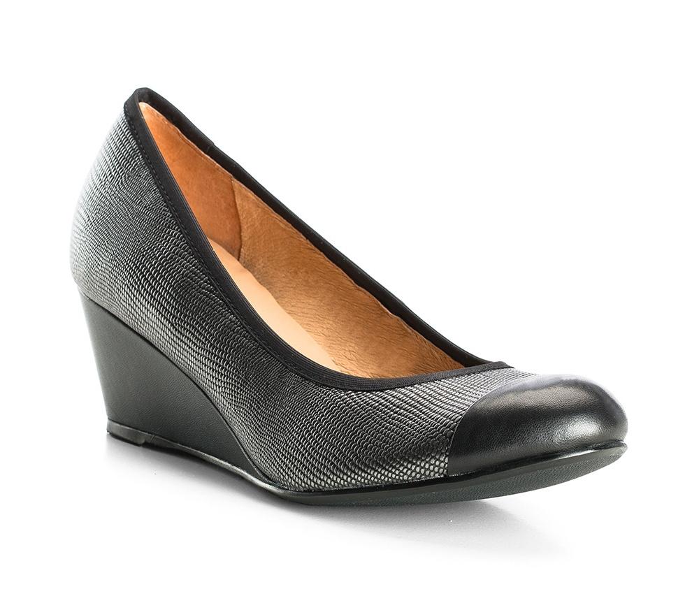 Обувь женская Wittchen 83-D-601-8, серебряныйЖенские туфли на танкетке выполненные по технологии \hand made\ из лучшей итальянской кожи. Подошва сделана  из синтетического материала. Глянцевая поверхность модели в сочетании с элегантным черным цветом идеально дополнит Ваш вечерний образ.           кожа натуральная          кожа натуральная          материал синтетический<br><br>секс: женщина<br>Цвет: серый<br>Размер EU: 36<br>материал:: Натуральная кожа<br>примерная высота каблука (см):: 6