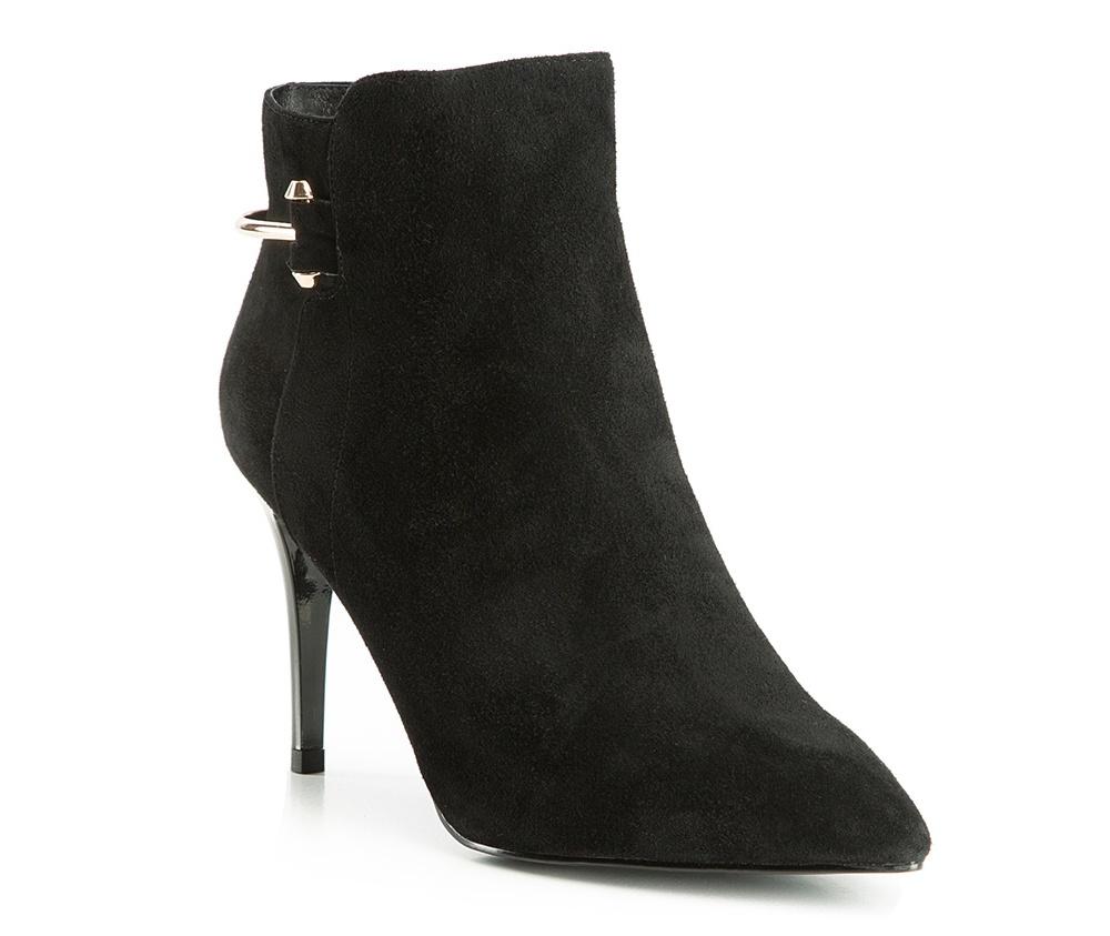 Обувь женскаяПолусапожки  для женщин, изготовленные по технологии Hand Made выполнены полностью из натуральной итальянской кожи наивысшего качества. Подошва полностью сделана из качественного синтетического материала. Классическая модель с очень стабильным каблуком украсит ногу каждой женщины. Подойдет в сочетании с каждой стилизацией.<br><br>секс: женщина<br>Цвет: черный<br>Размер EU: 40<br>материал:: Натуральная кожа<br>примерная высота каблука (см):: 9<br>примерная высота голенища (см): 10