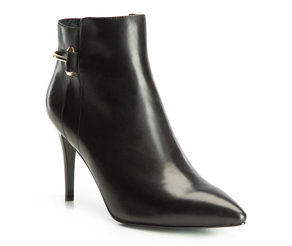 Обувь женскаяПолусапожки  для женщин, изготовленные по технологии Hand Made выполнены полностью из натуральной итальянской кожи наивысшего качества. Подошва полностью сделана из качественного синтетического материала. Классическая модель с очень стабильным каблуком украсит ногу каждой женщины. Подойдет в сочетании с каждой стилизацией.<br><br>секс: женщина<br>Цвет: черный<br>Размер EU: 41<br>материал:: Натуральная кожа<br>примерная высота каблука (см):: 9<br>примерная высота голенища (см): 10
