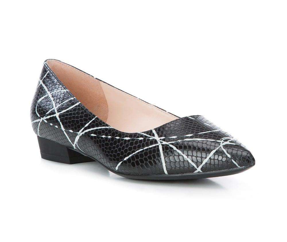 Обувь женскаяБалетки женские, изготовленные по технологии \Hand Made\ и выполнены из натуральной итальянской кожи наивысшего качества. Подошва сделана из качественного синтетического материала.<br>Выразительные украшения и принты, добавляют обуви элегантности которая прийдется по вкусу даже самым требовательным клиенткам.<br><br>секс: женщина<br>Цвет: черный<br>Размер EU: 40