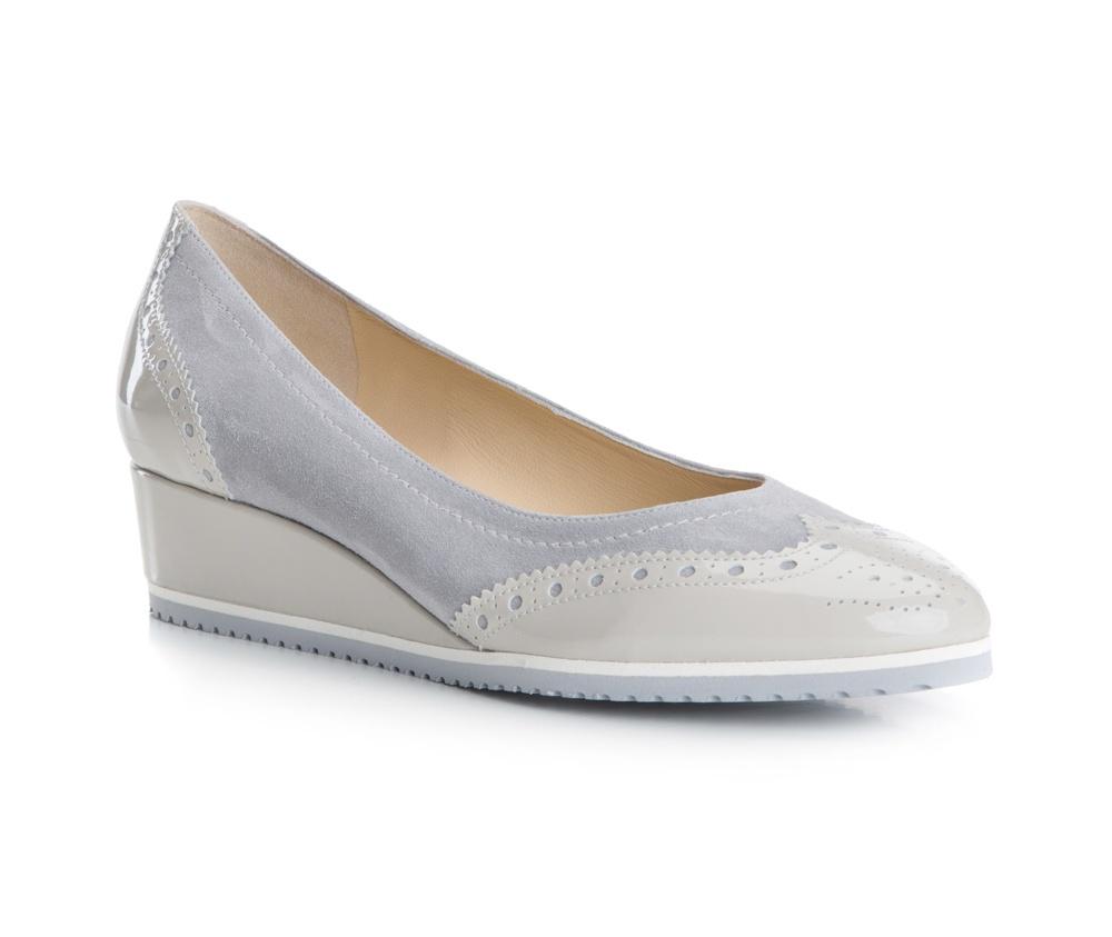 Обувь женскаяБалетки женские, изготовленные по технологии Hand Made и выполнены полностью из натуральной итальянской кожи наивысшего качества. Подошва сделана из качественного синтетического материала. Выразительные украшения и принты, добавляют обуви элегантности которая прийдется по вкусу даже самым требовательным клиенткам.<br><br>секс: женщина<br>Цвет: серый<br>Размер EU: 38.5<br>материал:: Натуральная кожа