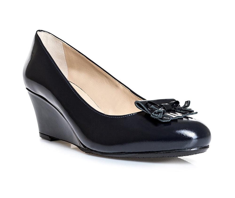 Обувь женскаяТуфли женские класcические.Изготовленные по технологии \Hand Made\ и выполнены полностью из натуральной итальянской кожи наивысшего качества. Подошва сделана из качественного синтетического материала. Эта модель обязательно должна быть в гардеробе женщины которая любит элегантность и классику.<br><br>секс: женщина<br>Цвет: синий<br>Размер EU: 35<br>материал:: Натуральная кожа<br>примерная высота каблука (см):: 7
