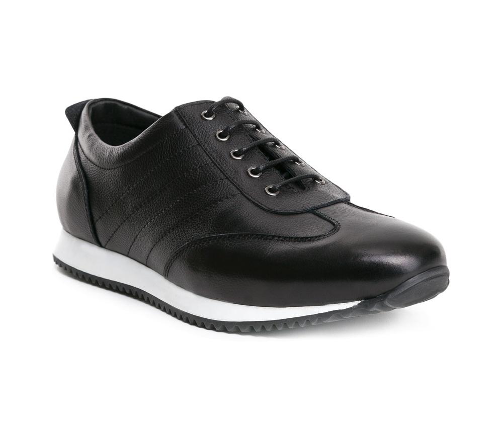 Обувь мужскаяТуфли мужские, выполнены по технологии Hand Made из натуральной итальянской кожи наивысшего качества.  Подошва сделана из качественного синтетического материала. Непринужденный стиль был достигнут благодаря сочетанию  материалов высокого качества и  спортивного фасона.  натуральная кожа  натуральная кожа синтетический материал<br><br>секс: мужчина<br>Цвет: черный<br>Размер EU: 44<br>материал:: Натуральная кожа