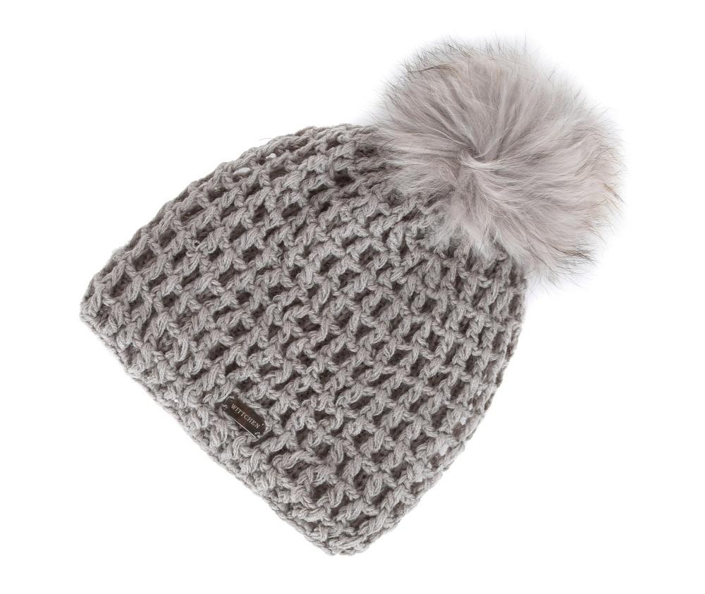 Шапка женскаяЖенская шапка из высококачественного материала с интересным плетением нити. Помпон из натурального меха енота украшает верх шапки чем придает  элегантности в повседневный стиль.<br><br>секс: женщина<br>Цвет: серый<br>материал:: Акрил