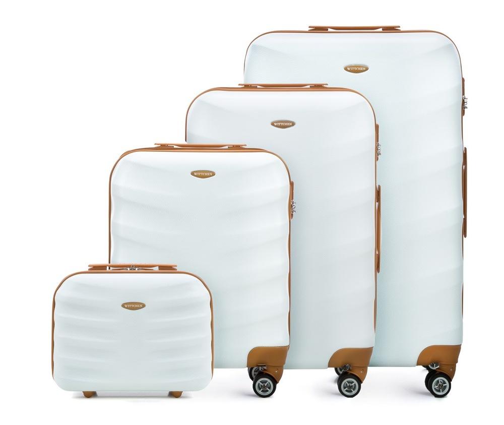 Комплект чемодановКомплект чемоданов  из коллекции J-Line, сделана из прочного поликарбоната. Чемоданы имеют четыре колесика, выдвижную ручку и резиновую ручку сбоку. Главное отделение на молнии, разделено на две части: одно отделение с фиксирующими ремнями для одежды, второе отделение закрывается на молнию, внутренний карман на молнии. Все модели с кодовым замком. В комплект входит так же косметичка.<br><br>секс: унисекс<br>Цвет: белый<br>материал:: Поликарбонат<br>высота (см):: 53 - 67 - 77 - 29<br>ширина (см):: 40 - 45 - 50 - 35<br>глубина (см):: 20 - 25 - 29 - 17<br>размер:: комплект<br>объем (л):: 31 - 57 - 86 - 12<br>вес (кг):: 2,7 - 3,6 - 4,2 - 1<br>Комплекты: так