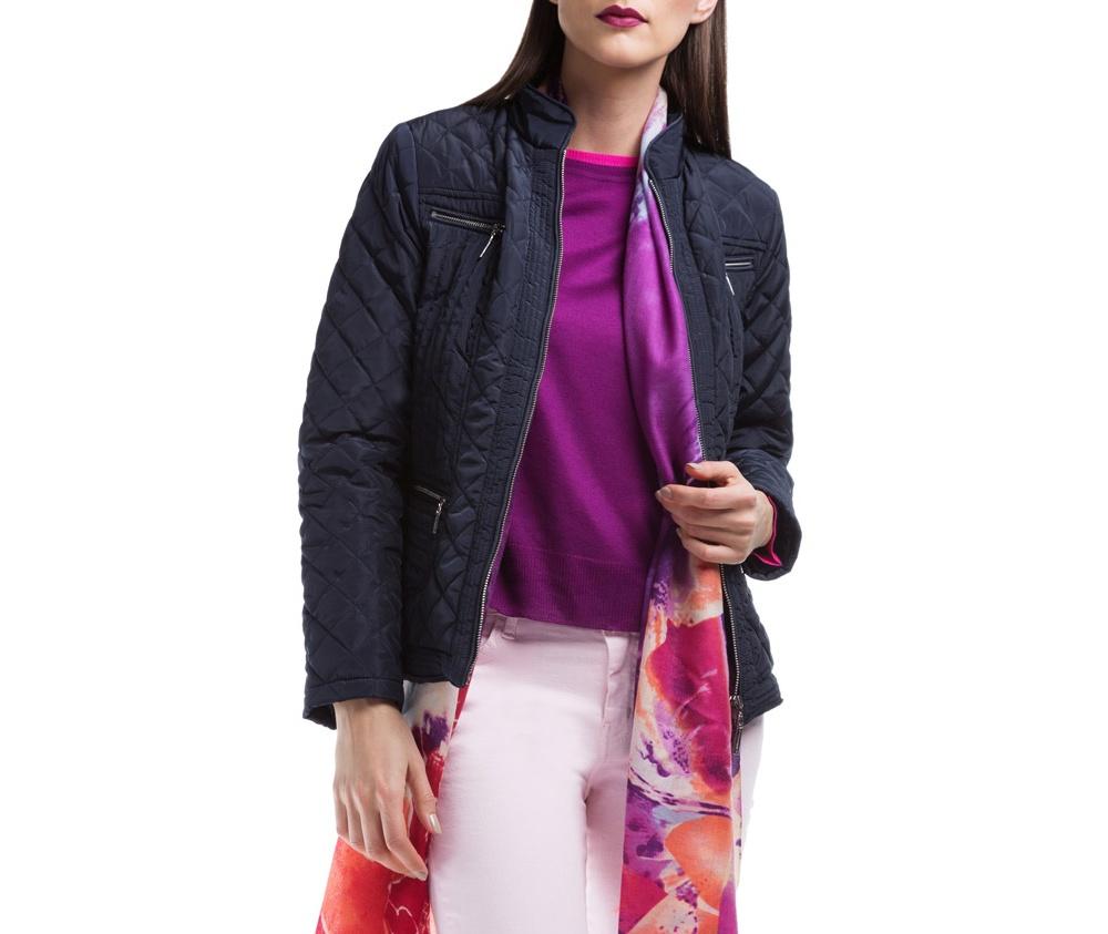 Куртка ЖенскаяКуртка женская изготовлена из материала высокого качества, утепленная натуральным пухом. Модель застегивается на молнию, и воротник-стойку. Имеет 2 кармана на молнии. Куртка очень теплая и при этом очень легкая. Отстрочки по бокам модели подчеркивают женский силуэт.<br><br>секс: женщина<br>Размер INT: S