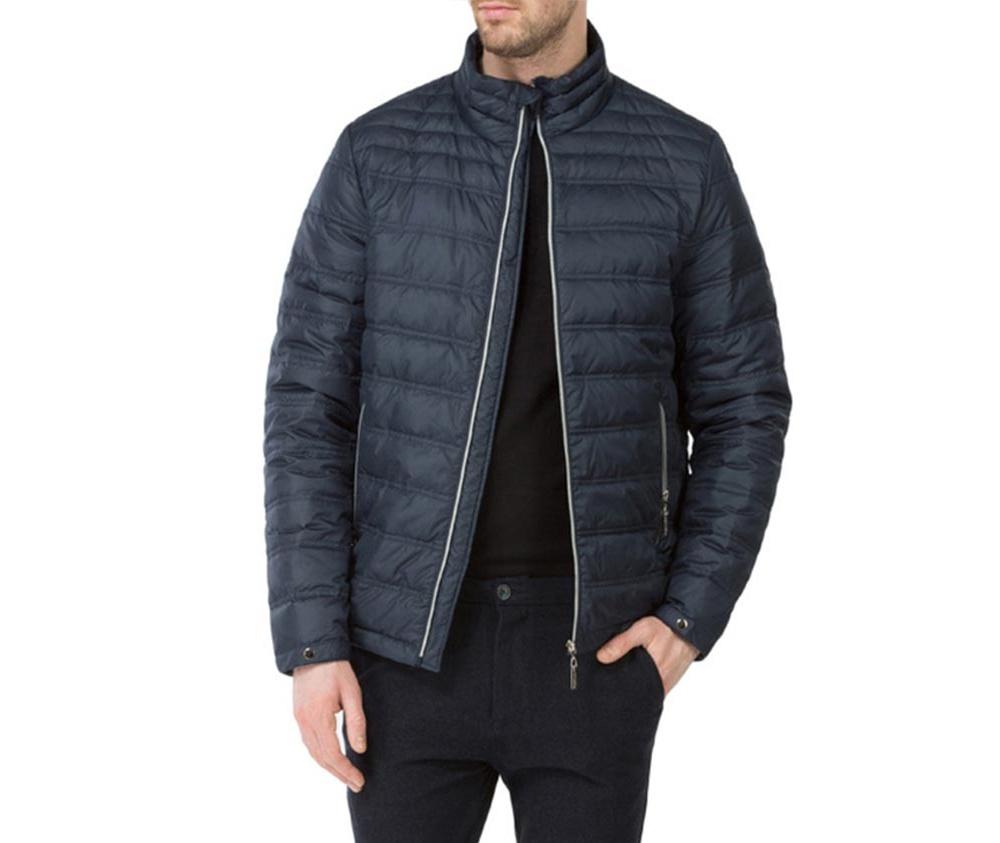Куртка мужскаяМужская куртка ,сделана из материалов высокого качества. Модель застегивается на молнию, Воротник-стойка. Имеет 2 кармана внешних на молнии и 2 открытых кармана внутренних. Модель наполнена натуральным пухом. Благодаря современному дизайну куртка подойдет для повседневного использования.<br><br>секс: мужчина<br>Цвет: синий<br>Размер INT: S<br>материал:: Полиэстер<br>подкладка:: полиэстер<br>примерная общая длина (см):: 67