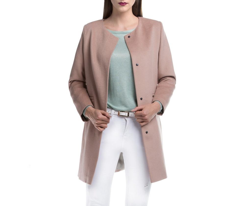 Женский плащЖенское пальто из шерсти, с добавлением бамбукового волокна. Такое сочетание материала позитивно влияет на стабильность модели и делает пальто не мнущимся. Модель с полукруглым декольте, застегивается на пуговицы,  имеет два открытых внешних кармана. Удобный крой, в сочетании с самым высоким качеством исполнения будет надежной защитой в холодную погоду.<br><br>секс: женщина<br>Цвет: бежевый<br>Размер INT: XXL<br>материал:: Шерсть<br>подкладка:: полиэстер<br>примерная общая длина (см):: 85