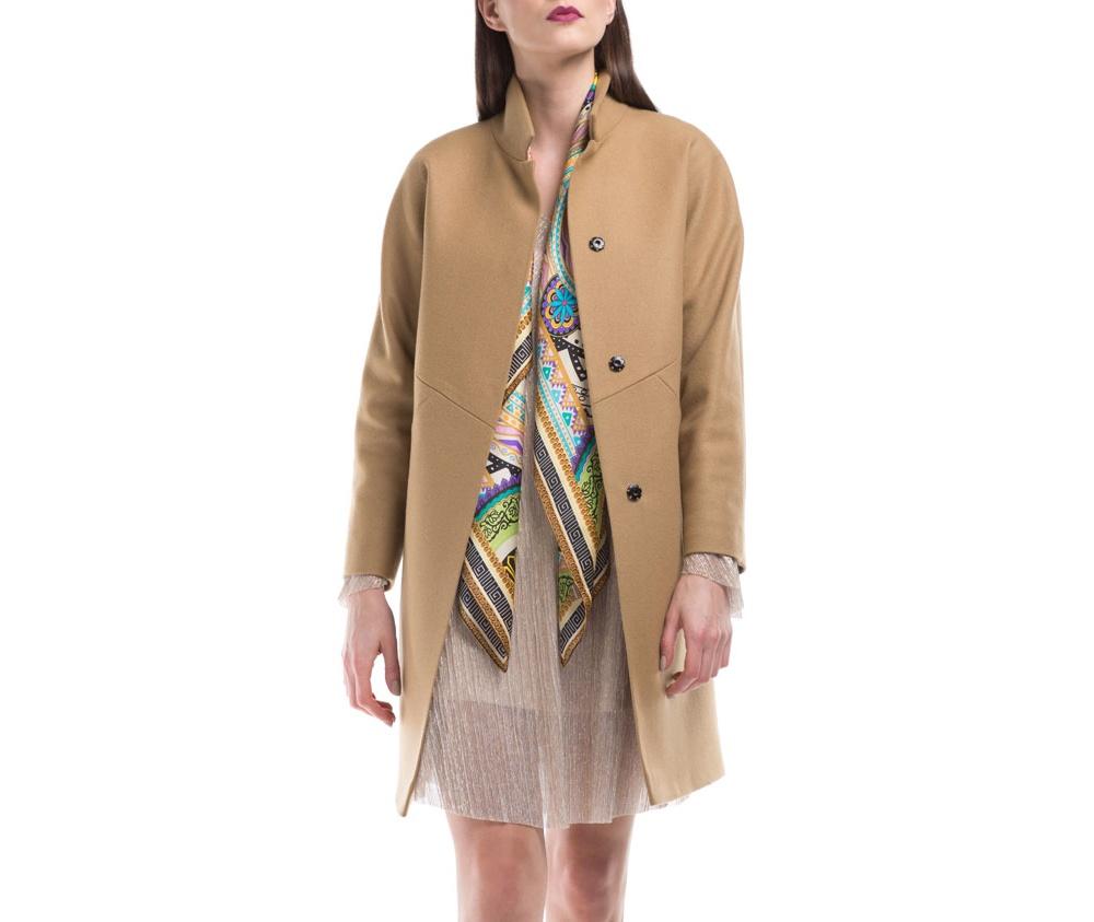 Женское пальтоЖенское пальто из шерсти, с добавлением полиэстера. Такое сочетание материала позитивно влияет на стабильность модели и делает пальто не мнущимся. Модель пальто с отложным воротником, застегивается на пуговицу, а так же оно имеет два открытых внешних кармана. Удобный крой, в сочетании с самым высоким качеством исполнения будет надежной защитой в холодную погоду.<br><br>секс: женщина<br>Цвет: бежевый<br>Размер INT: XL
