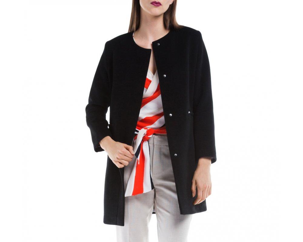Женское пальтоЖенское пальто из шерсти, с добавлением бамбукового волокна. Такое сочетание материала позитивно влияет на стабильность модели и делает пальто не мнущимся. Модель с полукруглым декольте, застегивается на пуговицы, имеет два открытых внешних кармана. Удобный крой, в сочетании с самым высоким качеством исполнения будет надежной защитой в холодную погоду.<br><br>секс: женщина<br>Размер INT: M