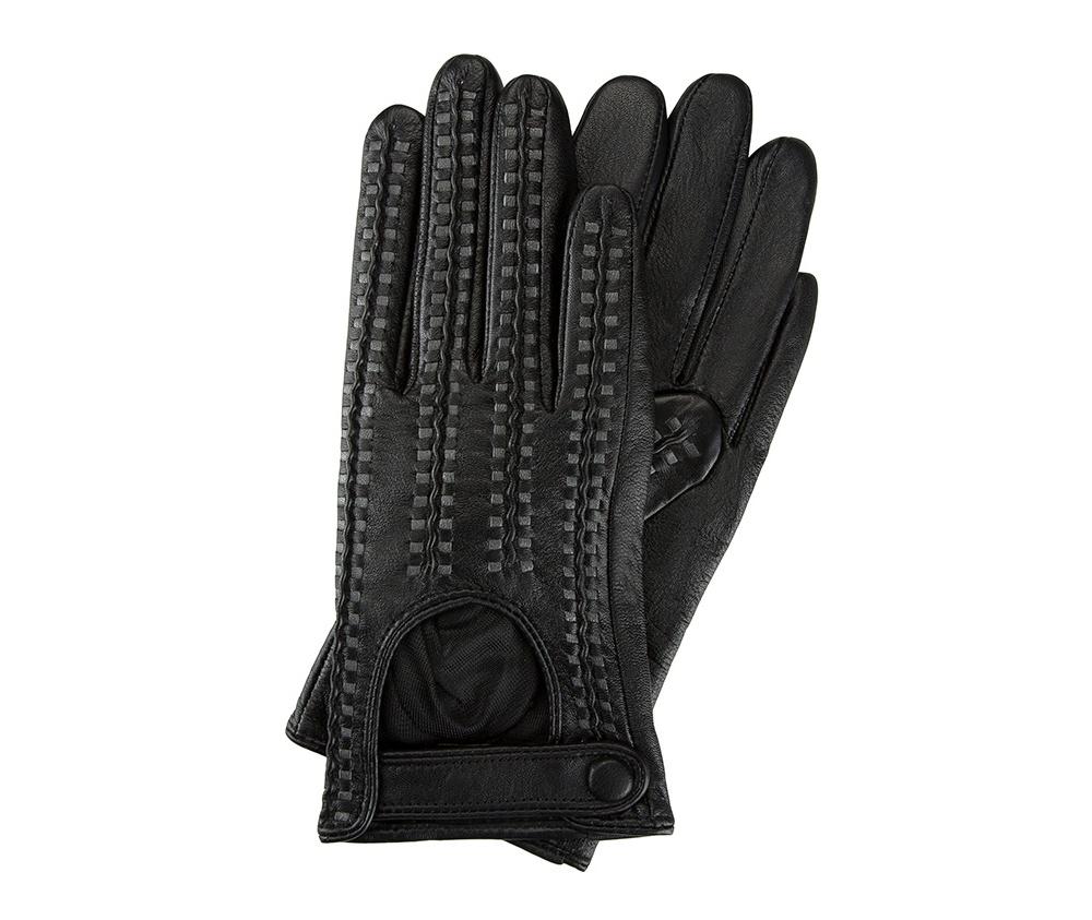 Перчатки женские автомобильныеЖенские автомобильные перчатки, изготовлены из натуральной кожи высокого качества. Застежка на кнопке, безусловно, облегчает надевание перчаток и придает им оригинальный и женственный внешний вид.       Размер V  S  M  L  XL  Длина (см) 19  19,5  20  20,5  21 Ширина (см) 7,5  8  8,5  9  9,5 Длина среднего палеца (см) 7,5 8 8,5 9 9,5<br><br>секс: женщина<br>Цвет: черный<br>Размер INT: S<br>вид:: автомобильные<br>материал:: Натуральная кожа<br>подкладка:: полиэстер