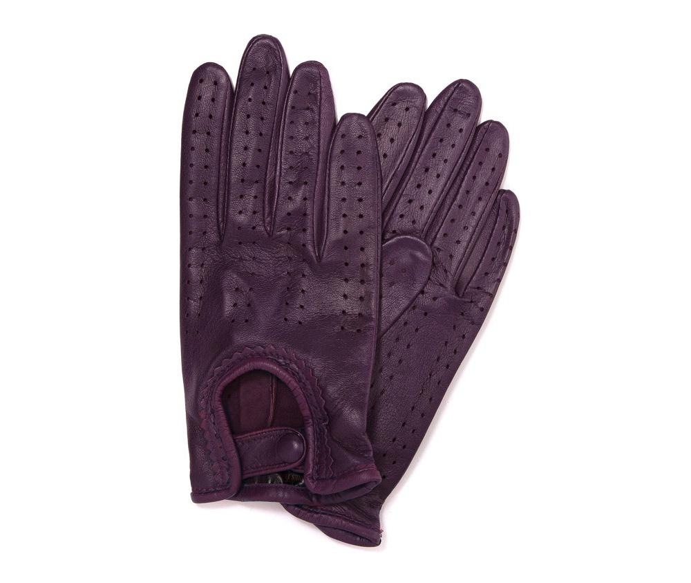 Перчатки женскиеЖенские автомобильные перчатки, изготовлены из натуральной кожи высокого качества. Эта модель не только практична, но и очень привлекательна. Интересная отделка делает перчатки очень элегантными и женственными. Их дополнительным преимуществом является кнопка, облегчающая надевание.       Размер  V  S  M  L  XL      Длина (cм)  19,5  20  20,5  21  21,5      Ширина (cм)  8  8,5  9  9,5  10      Длина среднего палеца (cм)  7,5  8  8,5  9  9,5<br><br>секс: женщина<br>Цвет: фиолетовый<br>Размер INT: S<br>вид:: автомобильные<br>материал:: Натуральная кожа