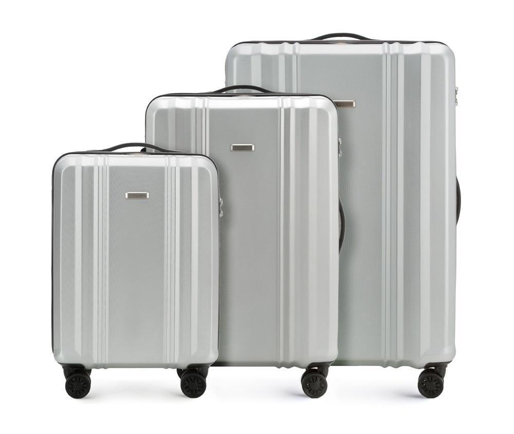 Комплект чемодановКомплект чемоданов из коллекции BB-Line, сделан из прочного    материала - поликарбонат. Оснащен четырьмя колесами с подшипниками,    телескопической ручкой, двумя эластичными, резиновыми ручками для    ношения в руке и замоком TSA,который очень удобен  в случае проверки    багажа таможенной службой.&#13;<br>&#13;<br>Внутри : &#13;<br>- отделение с эластичными  ремнями, предохраняющими одежду от перемещения;  &#13;<br>- отделение на молнии;   &#13;<br>- карман на молнии.&#13;<br>&#13;<br>В комплект входит:&#13;<br>- маленький чемодан 56-3P-931;&#13;<br>- средний чемодан 56-3P-932 ;&#13;<br>- большой чемодан 56-3P-933.<br><br>секс: унисекс<br>Цвет: серый<br>подкладка:: poliester<br>высота (см):: 55 - 66 - 75<br>ширина (см):: 36 - 44 - 52<br>глубина (см):: 20 - 27 - 32<br>размер:: zestaw<br>объем (л):: 31 - 61 - 102<br>вес (кг):: 2,2 - 3,3 - 4,1