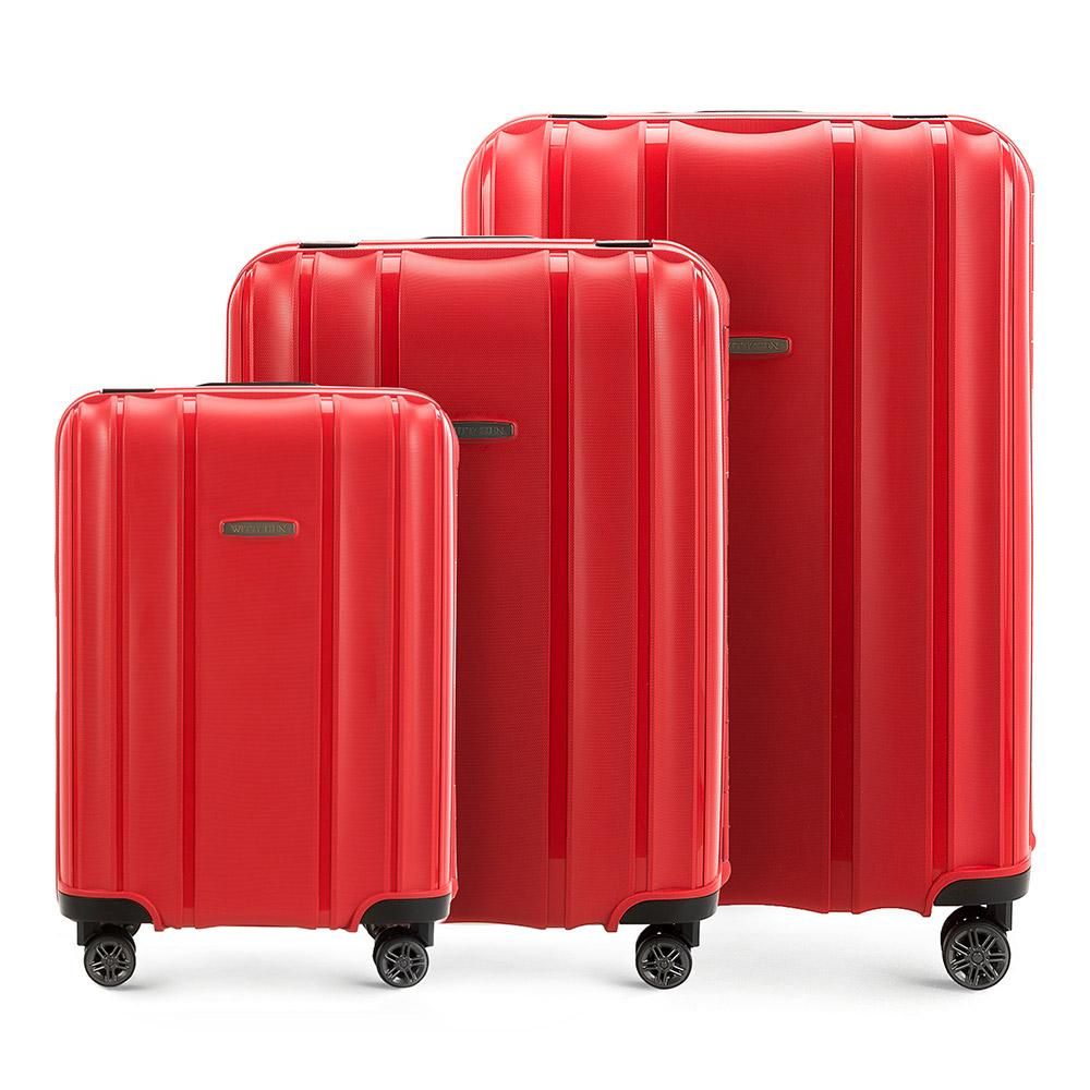 Комплект чемодановКомплект чемоданов из коллекции Premium PP. Модель изготовлена из эластичного и ударопрочного полипропилена. Имеет четыре двойных колеса, двухступенчатую выдвижную ручку и дополнительную ручку, облегчающие перемещение багажа. Закрывается на три пряжки главная из которых, на боковой панели чемодана, оснащена замком TSA (он очень удобен в случае досмотра багажа таможенной службой). Маленький чемодан соответствует требованиям ручной клади.Внутри: основное отделение с эластичными ремнями, предохраняющими одежду от перемещения; дополнительно основное отделение оснащено перегородкой с тремя карманами, один из которых из сетки на молнии с ремнями, предохраняющими багаж от перемещения.В состав комплекта входят: Маленький чемодан на колесах 56-3Т-731; Средний чемодан на колесах 56-3Т-732; Большой чемодан на колесах 56-3Т-733.<br><br>секс: унисекс<br>материал:: Полипропилен<br>высота (см):: 56 - 65 - 75<br>ширина (см):: 39 - 46 - 53<br>глубина (см):: 20 - 26 - 31<br>размер:: комплект<br>объем (л):: 36 - 66 - 105<br>вес (кг):: 3,2 - 4,4 - 5,2<br>Комплекты: так