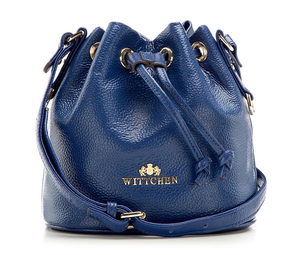 Сумка ELEGANCEСумка из коллекции Elegance. Открытое основное отделение. Внутри карман на молнии и открытый карман для мелких предметов.Дополнительно регулируемый ремень.<br><br>секс: женщина<br>Цвет: синий<br>материал:: Натуральная кожа<br>высота (см):: 19<br>ширина (см):: 18<br>глубина (см):: 13<br>вес (кг):: 0.1