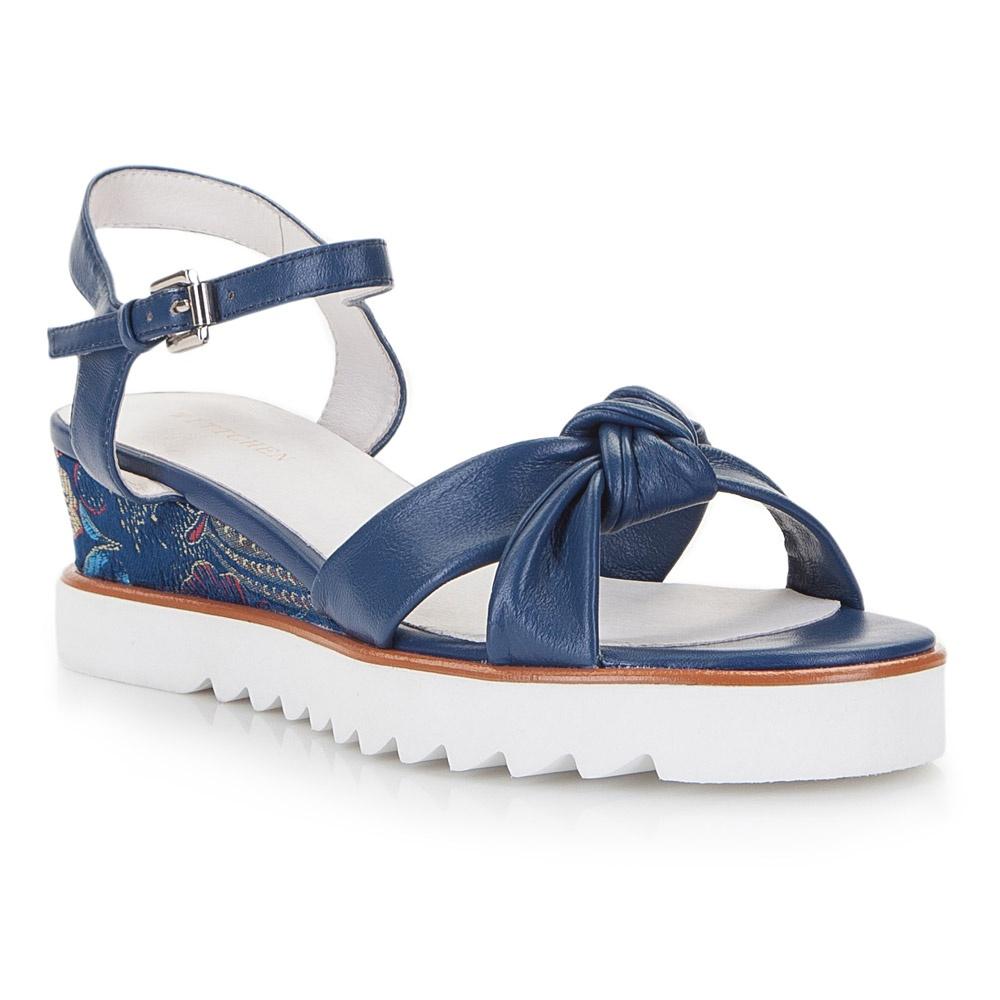 Niebieskie sandały we wzory