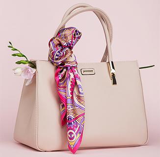 Skórzana torebka lub piękna apaszka - prezent dla eleganckiej mamy lubiącej klasyczny styl