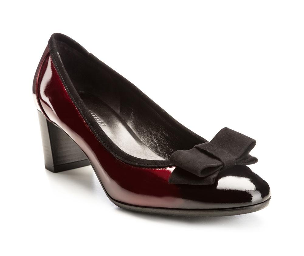 Обувь женскаяТуфли женские, изготовленные по технологии \hand made\ выполнены из натуральной итальянской кожи наивысшего качества.  Подошва полностью сделана из качественного синтетического материала. Благодаря лакированной коже и элегантному бантику, модель является идеальным дополнением классического стиля.<br><br>секс: женщина<br>Цвет: красный<br>Размер EU: 37.5<br>материал:: Натуральная кожа<br>примерная высота каблука (см):: 6