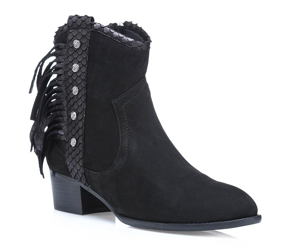 Обувь женскаяЖенские полусапожки выполнены по технологии \hand made\ из лучшей итальянской кожи наивысшего качества. наивысшего качества. Подошва полностью сделана из качественного синтетического материала.<br><br>секс: женщина<br>Цвет: черный<br>Размер EU: 40<br>материал:: Натуральная кожа<br>примерная высота каблука (см):: 4,5
