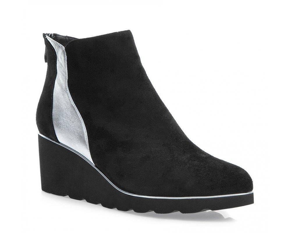 Обувь женскаяЖенские ботинки на танкетке выполнены по технологии \hand made\ из лучшей итальянской кожи. Подошва полностью сделана из качественного синтетического материала.<br><br>секс: женщина<br>Цвет: черный<br>Размер EU: 38<br>материал:: Натуральная кожа<br>примерная высота каблука (см):: 6,5