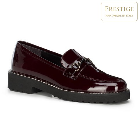 Темно-красные туфли из лакированной кожи