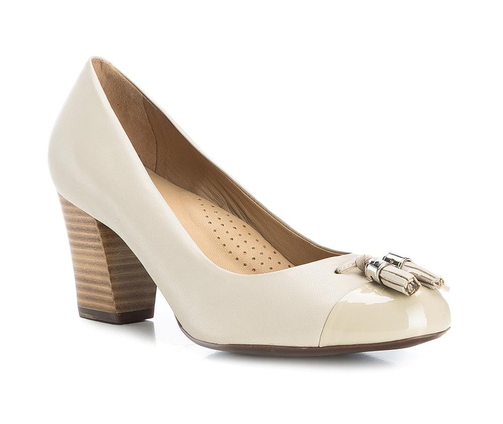 Обувь женскаяТуфли женские класcические.Изготовленные по технологии \Hand Made\ и выполнены полностью из натуральной итальянской кожи наивысшего качества. Подошва сделана из качественного синтетического материала. Эта модель обязательно должна быть в гардеробе женщины которая любит элегантность и клаcсику.<br><br>секс: женщина<br>Цвет: бежевый<br>Размер EU: 39<br>материал:: Натуральная кожа<br>примерная высота каблука (см):: 6