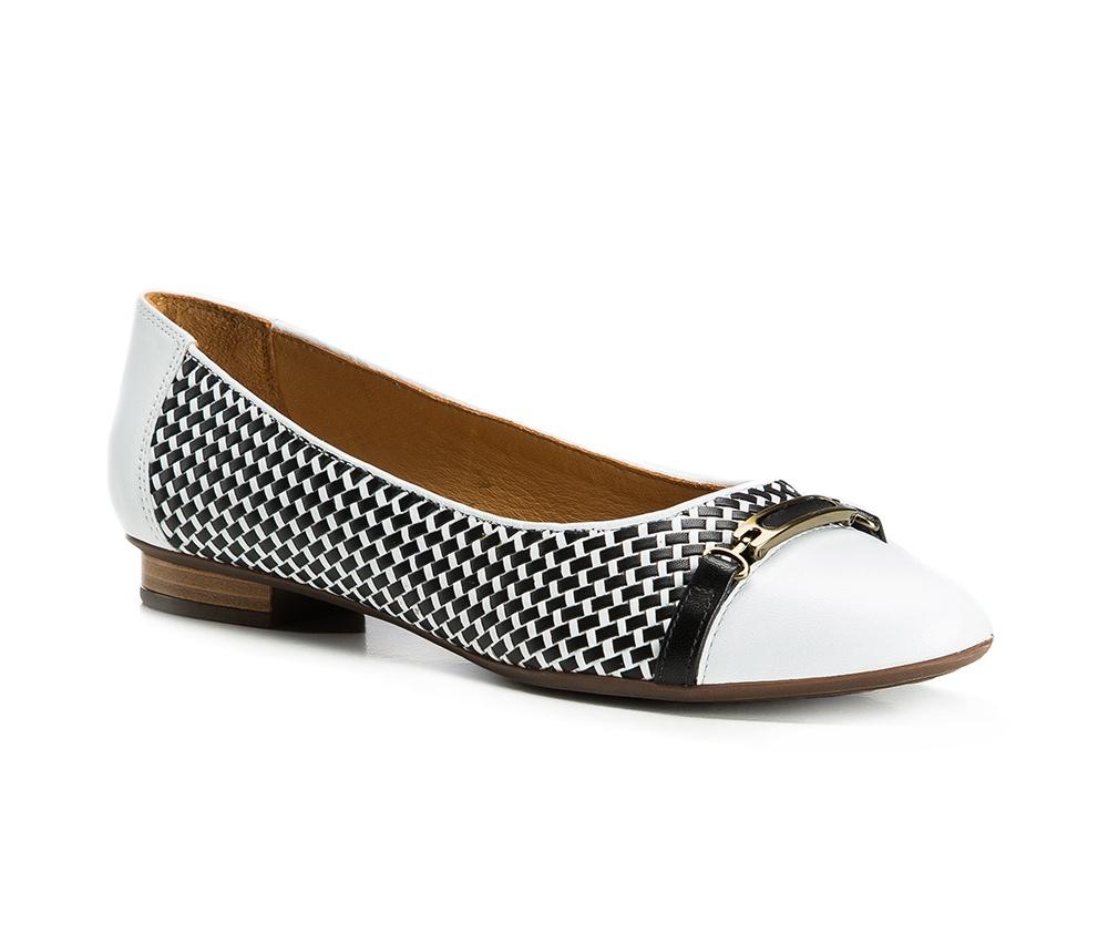 Обувь женскаяБалетки женские, изготовленные по технологии Hand Made и выполнены полностью из натуральной итальянской кожи наивысшего качества. Подошва сделана из качественного синтетического материала. Выразительные украшения и принты, добавляют обуви элегантности которая прийдется по вкусу даже самым требовательным клиенткам.<br><br>секс: женщина<br>Цвет: белый<br>Размер EU: 35<br>материал:: Натуральная кожа