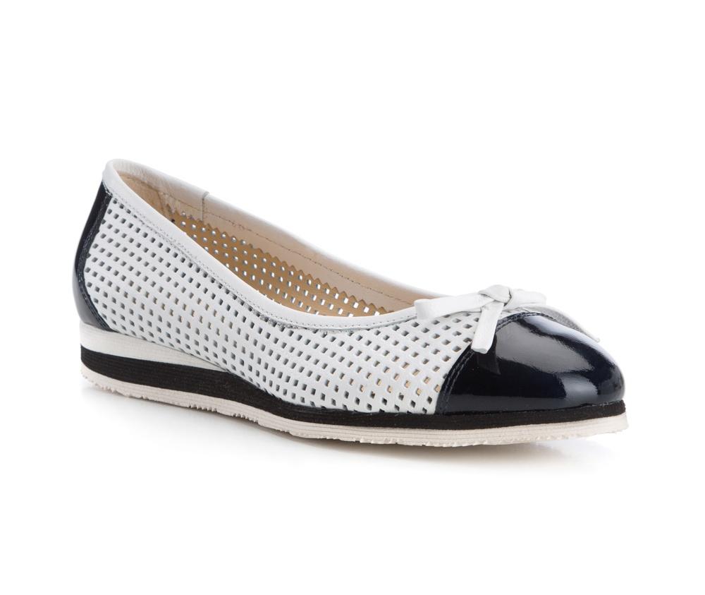 Обувь женскаяБалетки женские, изготовленные по технологии Hand Made и выполнены полностью из натуральной итальянской кожи наивысшего качества. Подошва сделана из качественного синтетического материала. Выразительные украшения и принты, добавляют обуви элегантности которая прийдется по вкусу даже самым требовательным клиенткам.<br><br>секс: женщина<br>Цвет: белый<br>Размер EU: 37.5<br>материал:: Натуральная кожа