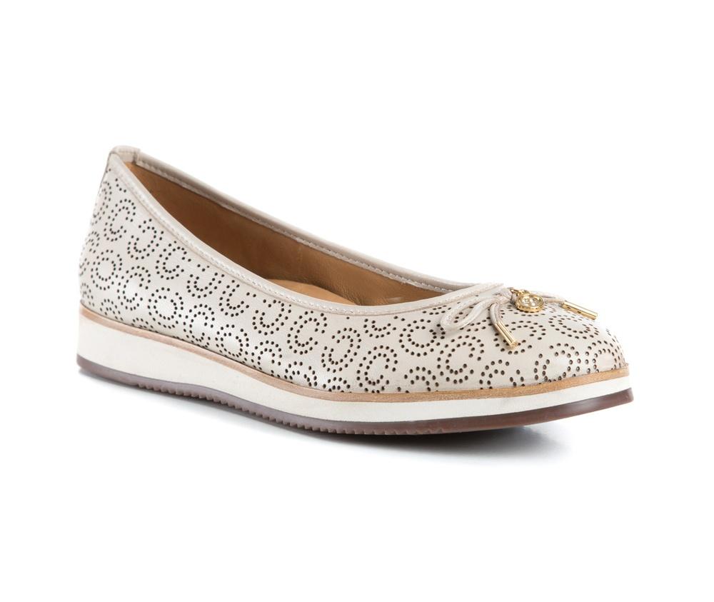 Обувь женскаяБалетки женские, изготовленные по технологии Hand Made и выполнены полностью из натуральной итальянской кожи наивысшего качества. Подошва сделана из качественного синтетического материала. Выразительные украшения и принты, добавляют обуви элегантности которая прийдется по вкусу даже самым требовательным клиенткам.<br><br>секс: женщина<br>Цвет: бежевый<br>Размер EU: 35<br>материал:: Натуральная кожа