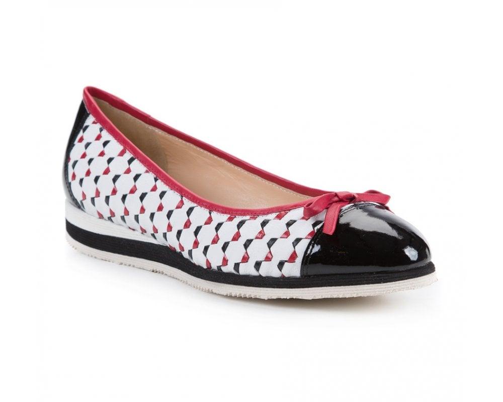 Обувь женскаяБалетки женские, изготовленные по технологии Hand Made и выполнены полностью из натуральной итальянской кожи наивысшего качества. Подошва сделана из качественного синтетического материала. Выразительные украшения и принты, добавляют обуви элегантности которая прийдется по вкусу даже самым требовательным клиенткам.<br><br>секс: женщина<br>Цвет: разноцветный<br>Размер EU: 38.5<br>материал:: Натуральная кожа