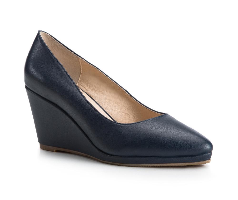 Обувь женскаяЖенские туфли на танкетке, выполнены по технологии Hand Made из натуральной итальянской кожи наивысшего качества.Подошва сделана из качественного синтетического материала. Классическая модель идеально сочетается с различными  стилями. натуральная кожа  натуральная кожа синтетический материал<br><br>секс: женщина<br>Цвет: синий<br>Размер EU: 41<br>материал:: Натуральная кожа<br>примерная высота каблука (см):: 8