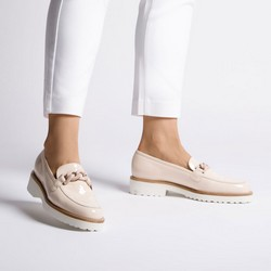 Patent leather moccasins with chain detail, beige - silver, 92-D-105-8-35, Photo 1