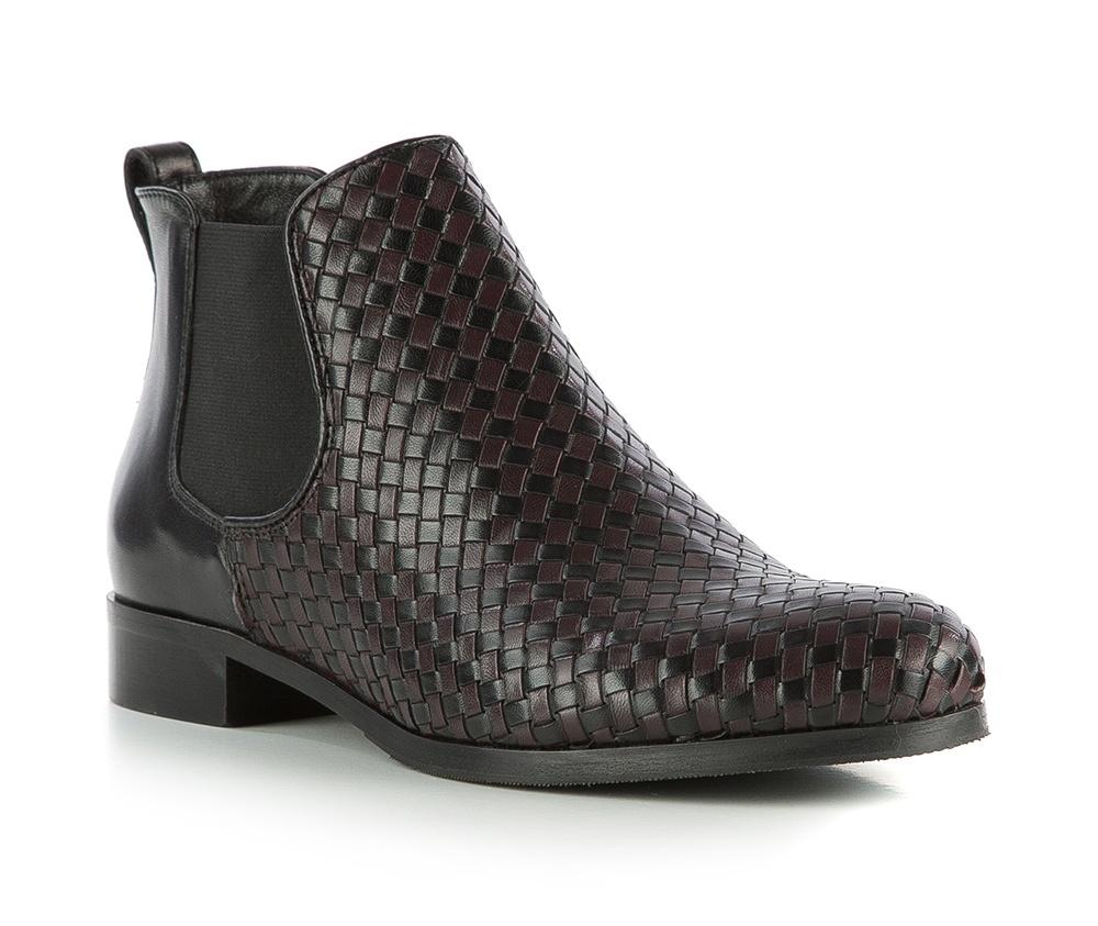 Обувь женскаяЖенские ботинки выполненны по технологии hand made из лучшей итальянской кожи. Подошва сделана  из синтетического материала. Благодаря привлекательному плетению модель придется по вкусу каждой женщине.            кожа натуральная          кожа натуральная          материал синтетический<br><br>секс: женщина<br>Цвет: черный<br>Размер EU: 39.5<br>материал:: Натуральная кожа<br>примерная высота каблука (см):: 2,5<br>примерная высота голенища (см): 10