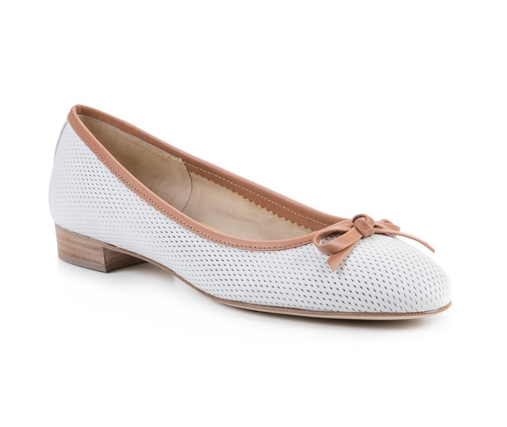 Обувь женскаяБалетки женские, изготовленные по технологии Hand Made и выполнены полностью из натуральной итальянской кожи наивысшего качества. Подошва сделана из качественного синтетического материала. Выразительные украшения и принты, добавляют обуви элегантности которая прийдется по вкусу даже самым требовательным клиенткам.<br><br>секс: женщина<br>Цвет: белый<br>Размер EU: 35<br>материал:: Натуральная кожа<br>примерная высота каблука (см):: 2,5