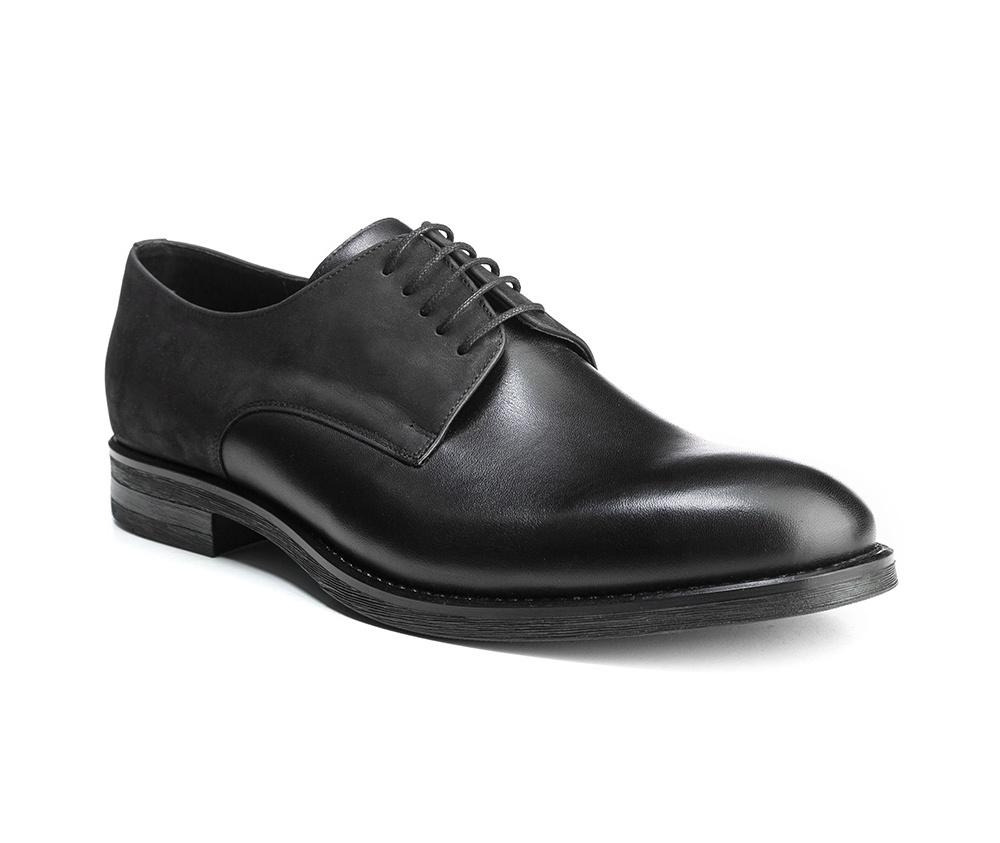 Обувь мужскаяМужские туфли выполнены по технологии \hand made\ из лучшей итальянской кожи. Подошва полностью сделана из качественного синтетического материала.<br><br>секс: мужчина<br>Цвет: черный<br>Размер EU: 41<br>материал:: Натуральная кожа<br>примерная высота каблука (см):: 2,5
