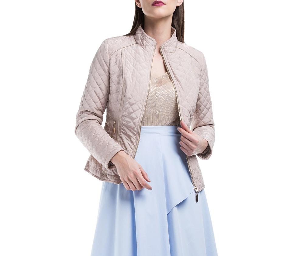 Куртка ЖенскаяКуртка женская изготовлена из материала высокого качества, утепленная натуральным пухом. Модель застегивается на молнию, Воротник-стойка. Имеет 2 кармана на молнии. Куртка очень теплая и при этом очень легкая. Отстрочки по бокам модели подчеркивают женский силуэт.<br><br>секс: женщина<br>Размер INT: L