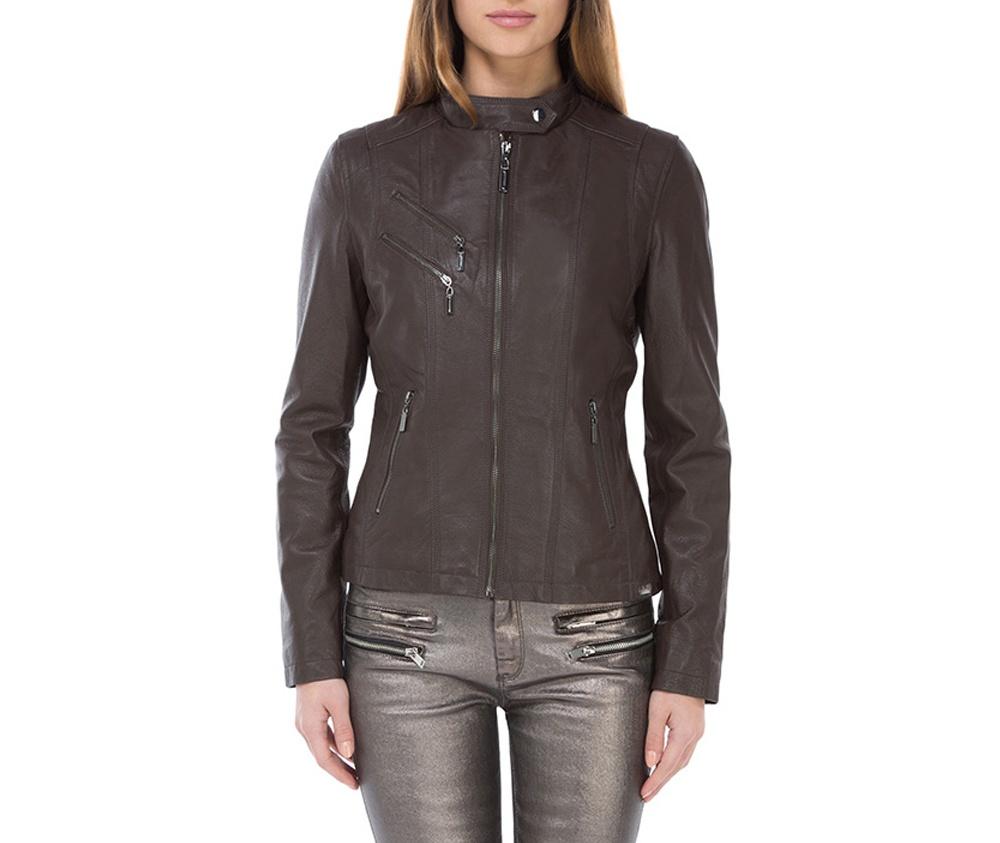 Куртка женскаяКороткая женская куртка выполнена из натуральной кожи. Модель застегивается на молнию. Воротник стойка застегивается на копку. Дополнительно 4 внешних кармана.<br><br>секс: женщина<br>Цвет: коричневый<br>Размер INT: L<br>материал:: Натуральная кожа<br>подкладка:: полиэстер<br>примерная общая длина (см):: 55