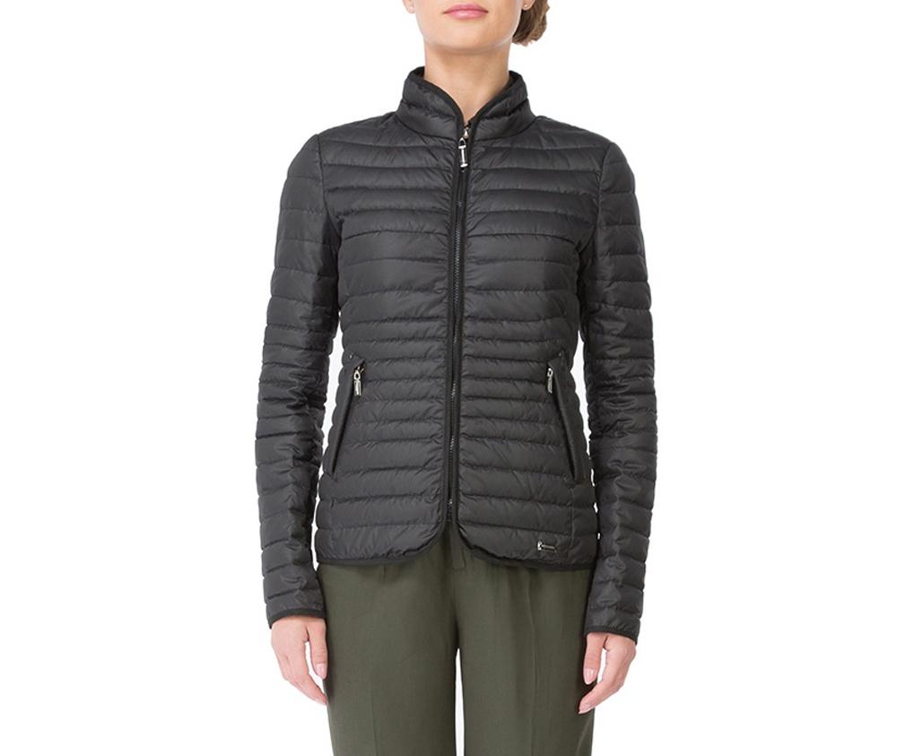 Куртка женскаяКуртка женская изготовлена из материала высокого качества, утепленная натуральным пухом. Модель застегивается на молнию, Воротник-стойка.  Имеет 2 кармана на молнии. Куртка очень теплая и при этом очень легкая.  Отстрочки по бокам модели подчеркивают женский силуэт.<br><br>секс: женщина<br>Цвет: черный<br>Размер INT: L<br>материал:: Полиэстер<br>подкладка:: полиэстер<br>примерная общая длина (см):: 67