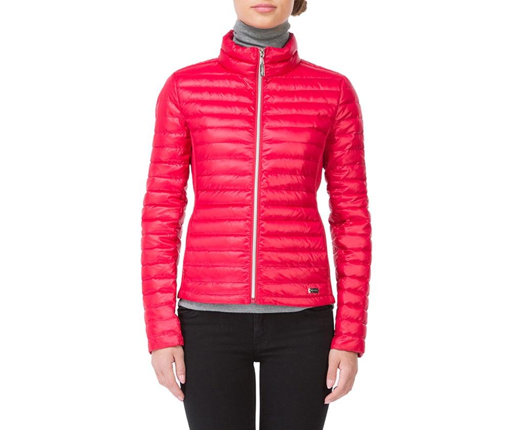 Куртка женскаяКуртка женская изготовлена из материала высокого качества, утепленная натуральным пухом. Модель застегивается на молнию, Воротник-стойка.  Имеет 2 кармана на молнии. Куртка очень легкая и при этом очень теплая. Эластичные вставки по бокам обеспечивают идеальную посадку модели по фигуре.<br><br>секс: женщина<br>Размер INT: S<br>материал:: Нейлон<br>подкладка:: нейлон<br>примерная общая длина (см):: 65