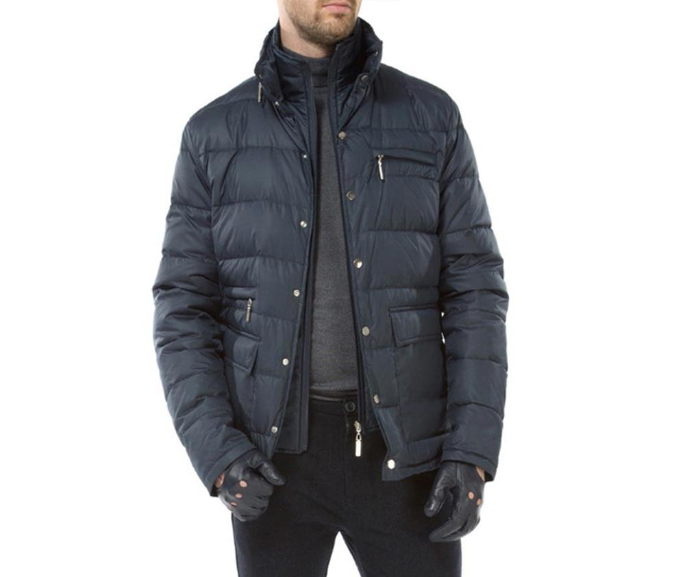 Куртка мужскаяМужская куртка ,сделана из материалов высокого качества. Модель застегивается на кнопоки. Воротник-стойка на молнии с возможностью полного отстегивания Кроме того, модель имеет 4 кармана внешних - 2 на молнии и 2 открытых, а так же открытый внутренний карман.Модель наполнена натуральным пухом. Простой фасон куртки отлично сочетается с повседневным гардеробом.<br><br>секс: мужчина<br>Цвет: синий<br>Размер INT: L<br>материал:: Полиэстер<br>подкладка:: полиэстер<br>примерная общая длина (см):: 75
