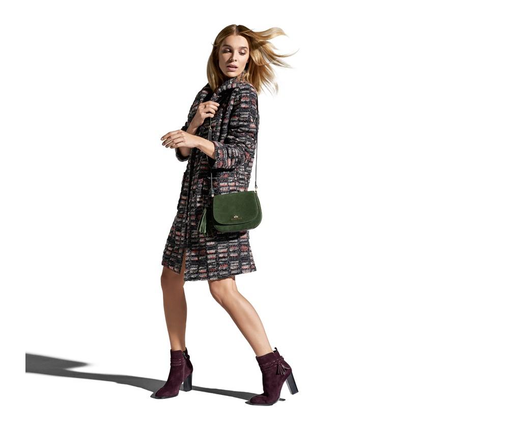 Пальто женскоеПальто женское выполнено из высококачественных материалов с добавлением полиэстера, что предотвращает смятие. Модель имеет 2 открытых внешних кармана и воротник на пуговиц. Удобный фасон в сочетании с высоким качеством изготовления, обеспечивает надежную защиту в холодную погоду.<br><br>секс: женщина<br>Размер INT: L