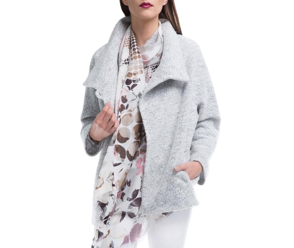 Женский плащЖенское пальто из шерсти, с добавлением полиэстера. Такоесочетаниематериала позитивно влияет на стабильность модели и делает пальто не мнущимся. Модель пальто с отложным воротником, застегивается на пуговицу, а так же оно имеет два открытых внешних кармана. Удобный крой, в сочетании с самым высоким качеством исполнения будет надежной защитой в холодную погоду.<br><br>секс: женщина<br>Цвет: бежевый<br>Размер INT: XXL<br>материал:: Шерсть<br>примерная общая длина (см):: 68